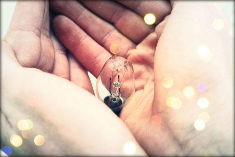 hands_bulb